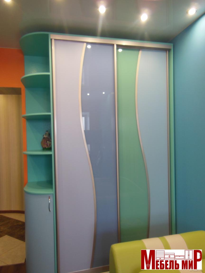 Шкаф купе с угловым элементом и стеклянной радиусной дверцой.